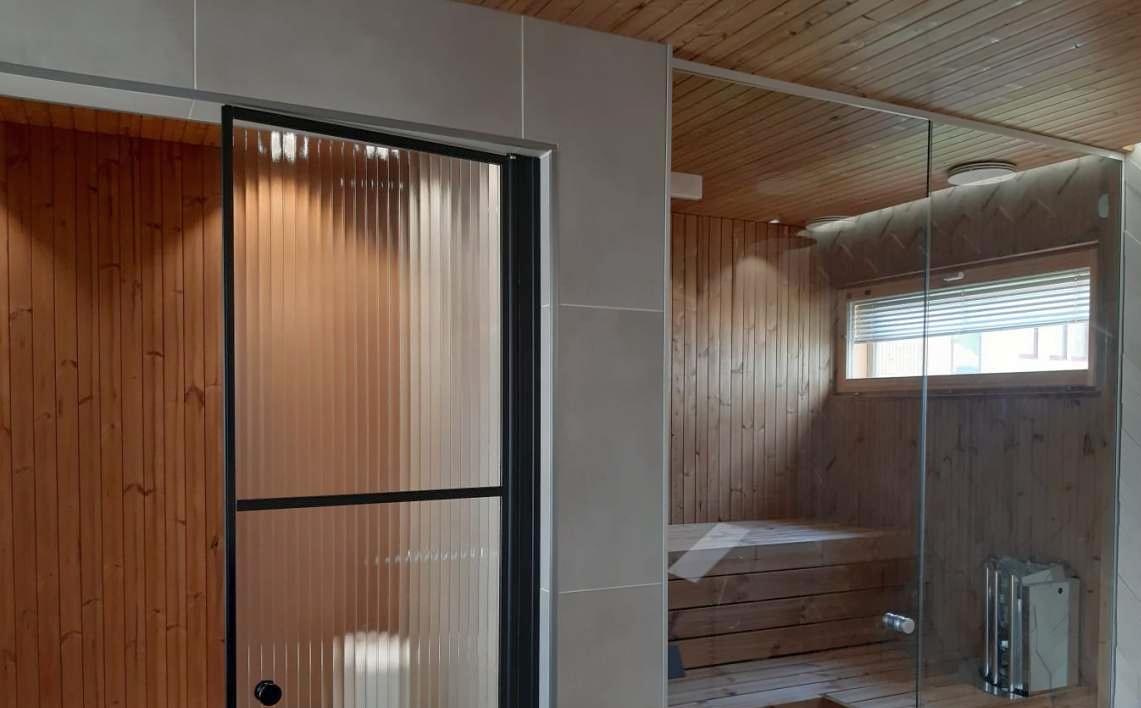 Pesuruumi ja sauna avarusele aitab kaasa ühtse põrandaplaati ning seina- ja laematerjali kasutamine.