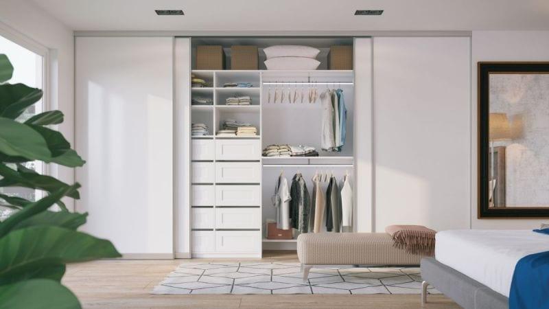 Valge garderoobikapp - mugavad sahtlid ja LED-valgusega riidepuutorud