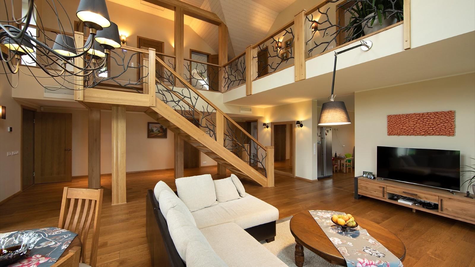 Sepistatud käsipuudega tammepuidust trepp on maja ehe. Foto: Oleg Hartšenko XOfoto OÜ