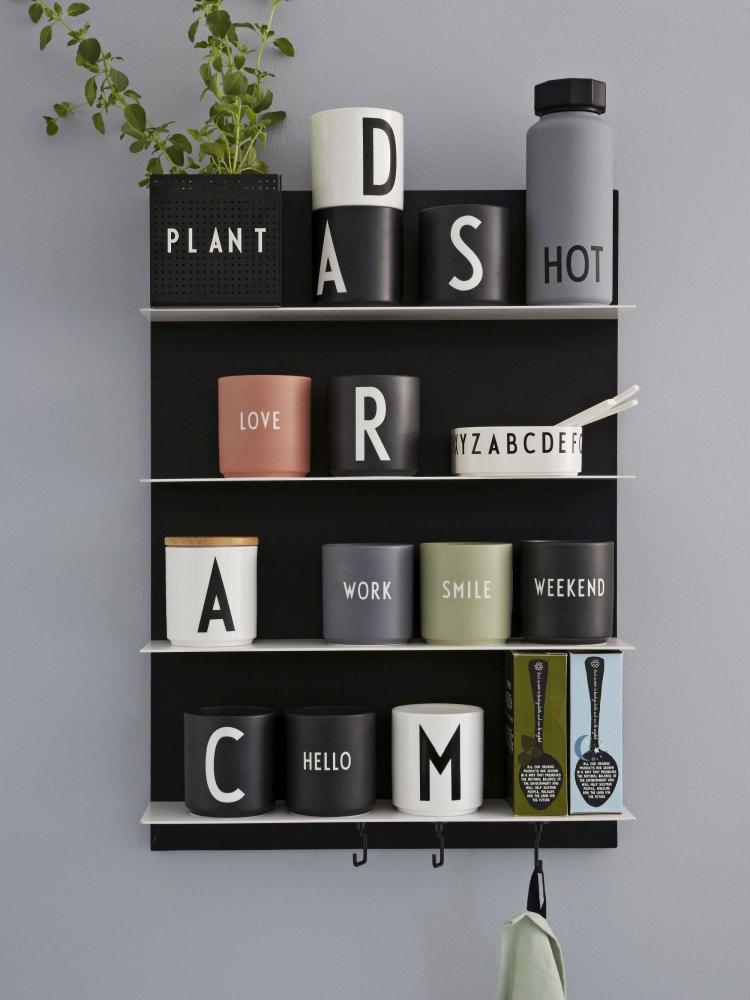 Nimetähega valged ja mustad kruusid ning Favourite-sarja kirjadega kruusid. Tootja Design Letters
